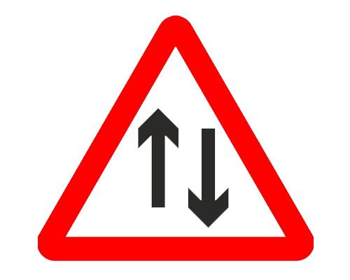 "Знак ""Дорога с двухсторонним движением"" в Англии - Two-way traffic straight ahead"